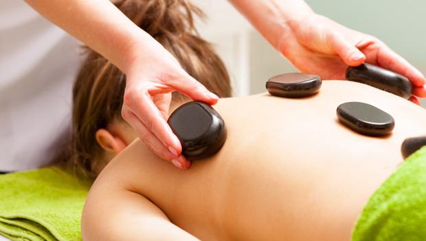 6 benefícios da massagem com pedras quentes 1